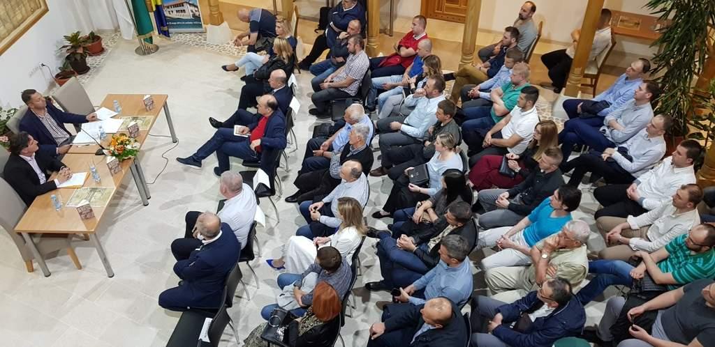 """(Foto: INS) - Knjiga """"Tragom drevnih Bošnjana"""" promovirana u Tešnju"""