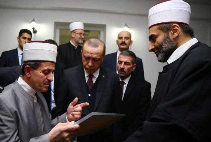 Pogledajte kako predsjednik Turske Recep Tayyip Erdogan uči Kur'an usred Beograda (VIDEO)