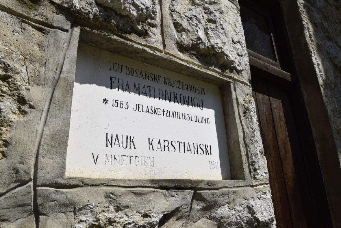 ploca_posveta_fra_matija_divkovic.jpg - Muslimani i katolici obnavljaju Gospino svetište u Olovu | Imam i fratar: Bosne će biti uvijek (Video)