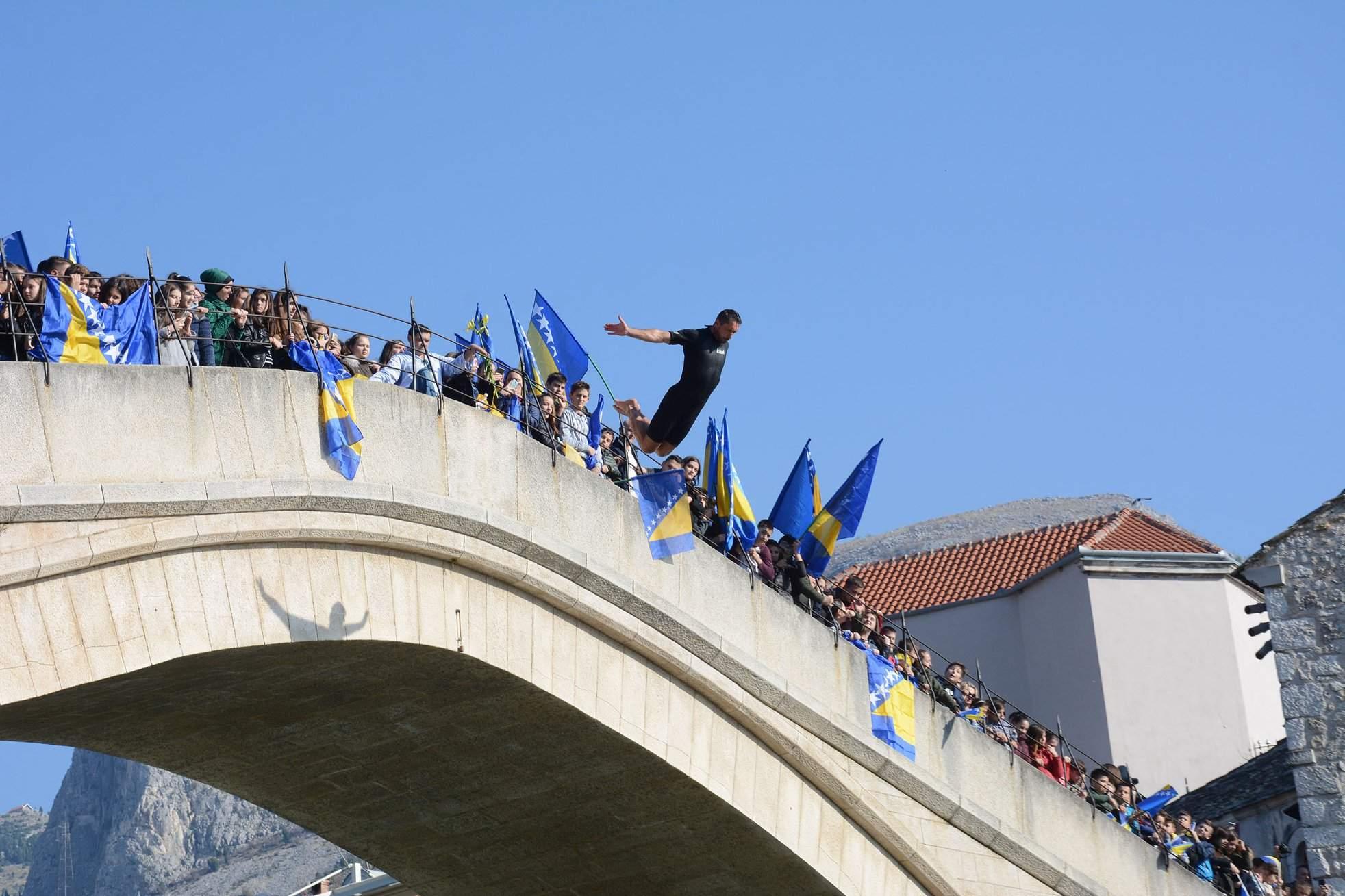(Foto: AA) - Obilježena 25. godišnjica rušenja Starog mosta u Mostaru